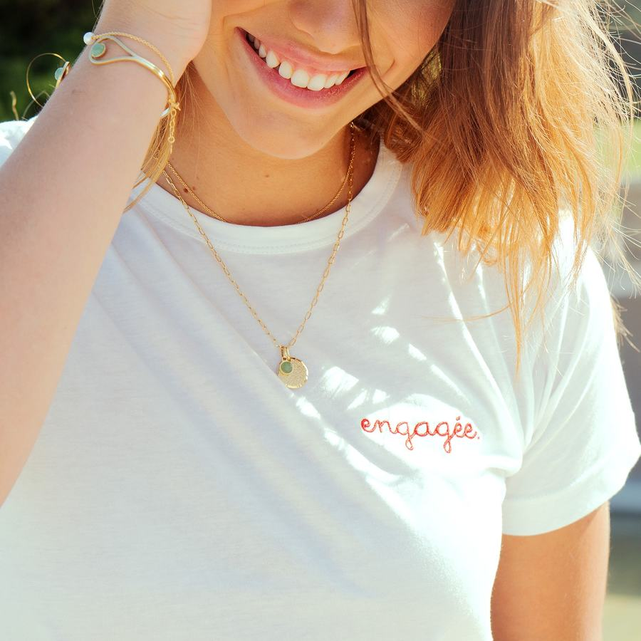 T shirt blanc coton engag%c3%a9e collier plaque or medaille aventurine aglaiaco %282%29